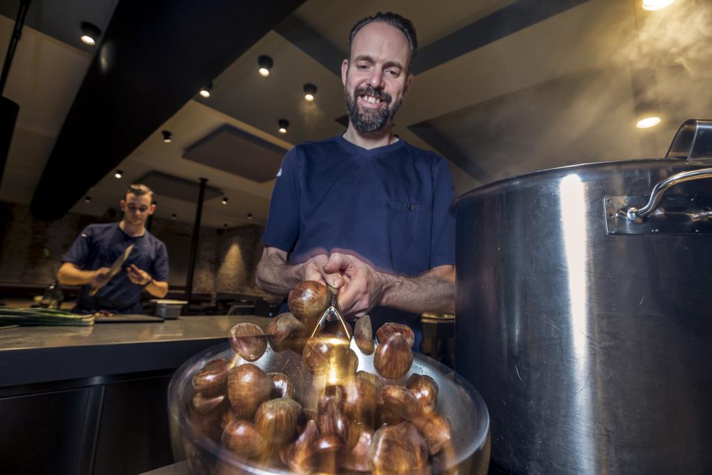 Chef-kok Emile van der Staak poft tamme kastanjes in zijn gerenommeerde restaurant 'de Nieuwe Winkel'.